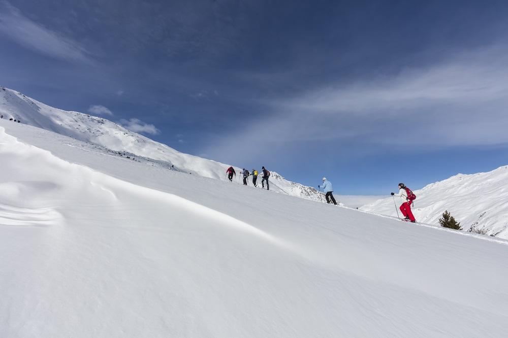 Suedtirol, Vinschgau, bei Mals, Schlinig, Schneeschuhwanderung mit Gerhard am Vormittag, Aussicht oberhalb der Baumgrenze,